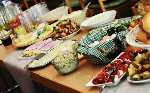 The buffet table is a great way to organize a housewarming party