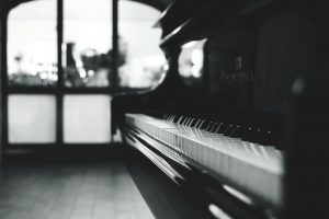 a black and white picture of a piano in the living room