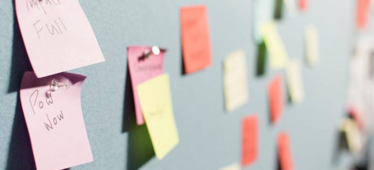 sticky notes for organizing the move