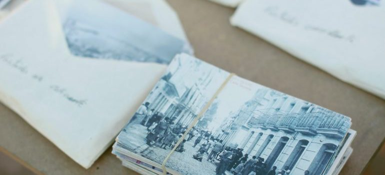 put photographs in envelopes to prepare for the relocation